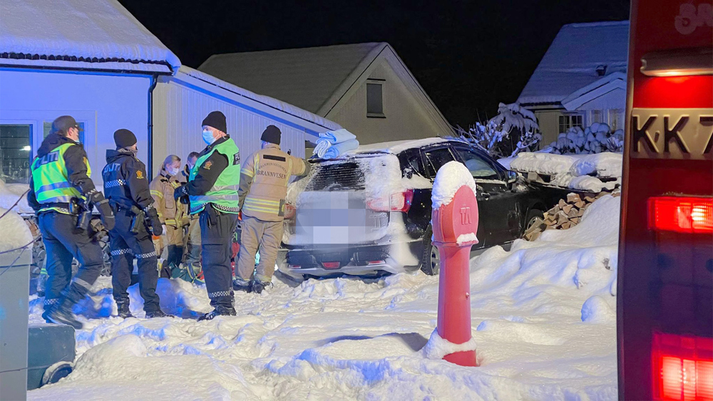 Mandag 11. januar var preget av ulykker og dagens tredje skulle vise seg å få tragisk utfall da bilen kjørte av veien og inn i en vedstabel. Ambulansepersonell startet førstehjelp, men livet sto altså ikke til å redde. (Foto: Joakim Fjeldli / DRM24)