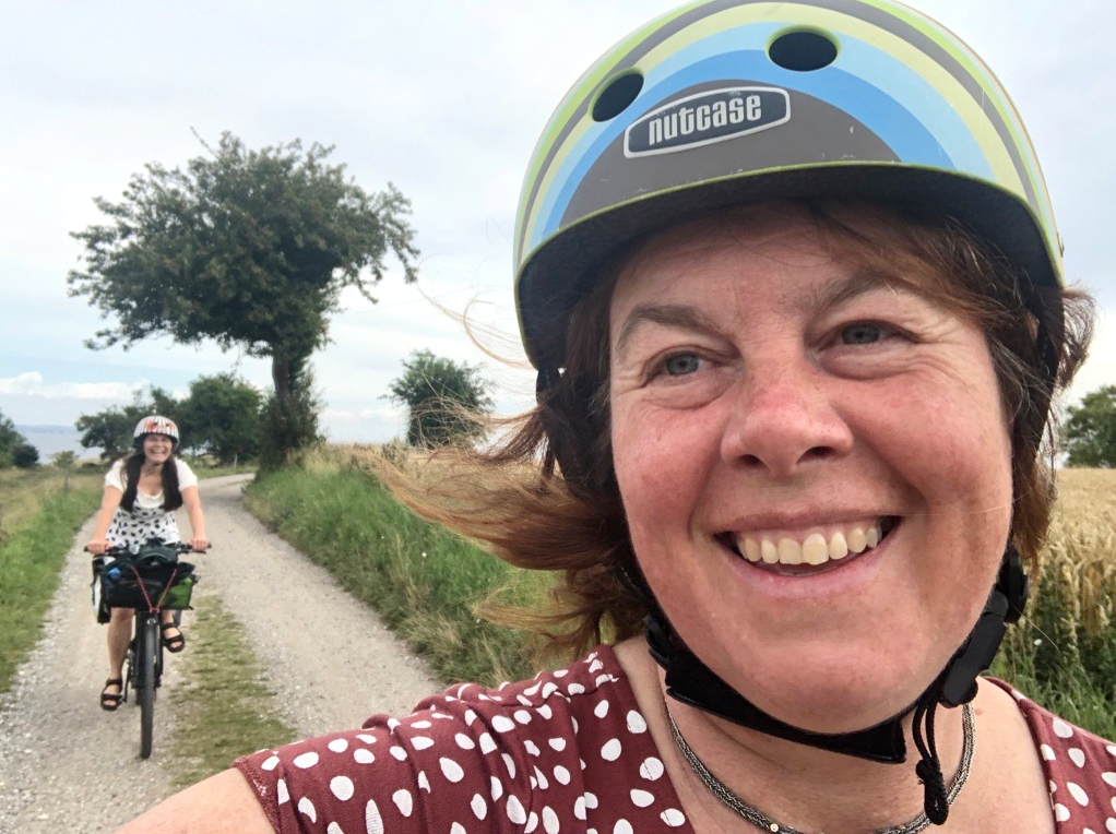 Damer på el-sykkel